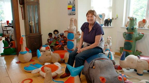Renate Müller inmitten von Spielsachen.