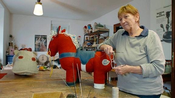 Spielzeugdesignerin Renate Müller in ihrem Atelier.