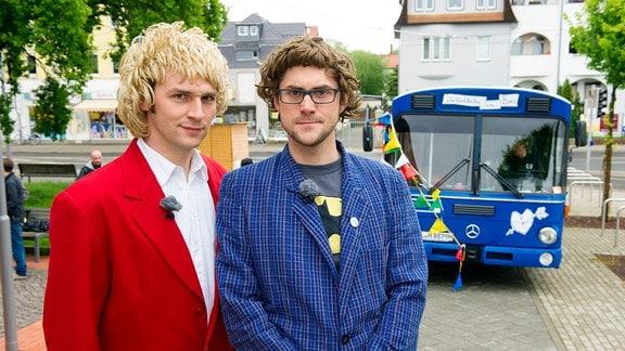 """Das Musikkabarett-Duo """"Zärtlichkeiten mit Freunden"""" (Christoph Walther und Stefan Schramm, rotes Sakko)"""
