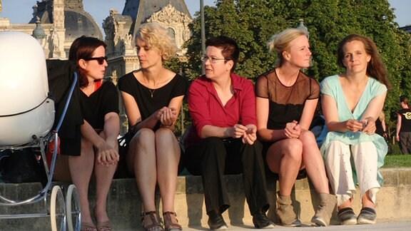 Fünf Freundinnen in Paris (v. li.): Claudia, Vera, Veruscha, Sabine und Claudi