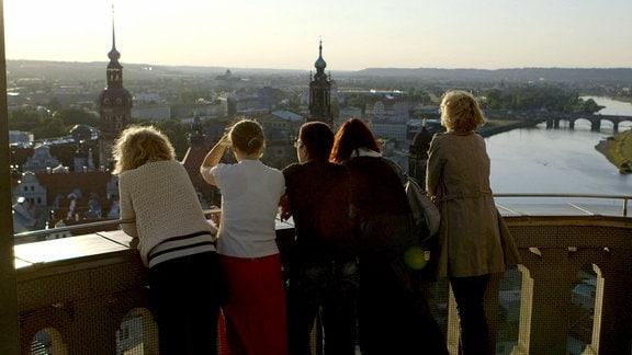 Fünf Freundinnen schauen auf Dresden.