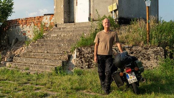 Der frühere Grenzsoldat Mirko Busch am Grenzturm.