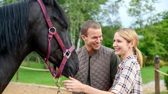 Tim (Florian Frowein, l.) und Amelie (Julia Gruber, r.) sind überglücklich, weil Nero vollständig geheilt ist.