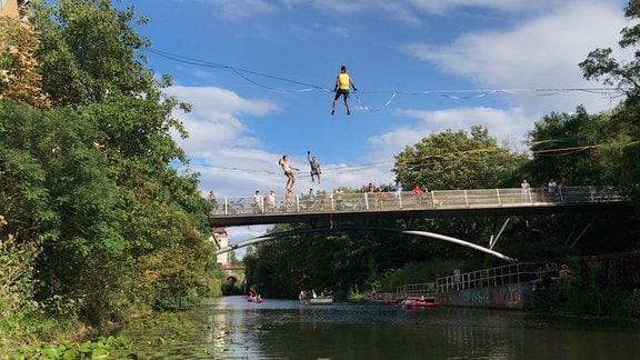 Slackliner über dem Karl-Heine-Kanal.