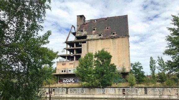 Symbol für den gescheiterten Traum Leipzigs vom Meer: Verlassenes Speichergebäude am Lindenauer Hafen in Leipzig,