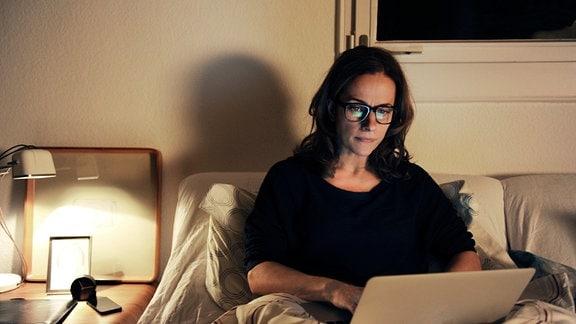 Die erfolgreiche Marketingspezialistin Fiona (Claudia Michelsen) geht voll in ihrem Job auf – sogar nachts im Bett.