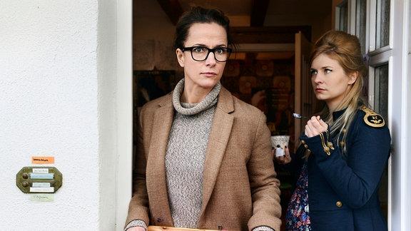 Fiona (Claudia Michelsen, li.) kann es noch nicht so recht fassen: Ihre Nachbarin Julia (Birte Hanusrichter) ist von ihrem Mann Ben schwanger, im achten Monat.
