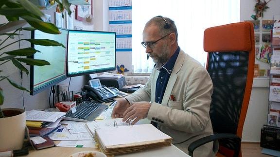 Betreuer Siegmar Mücke in seinem Büro in Erfurt.