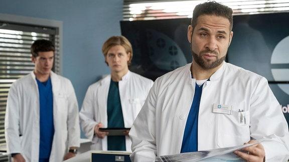 Die drei Ärzte besprechen eine mögliche OP-Methode. Ben hatte eine super Idee und darf assistieren. V.l.n.r. Ben Ahlbeck, Mikko Rantala, Matteo Moreau