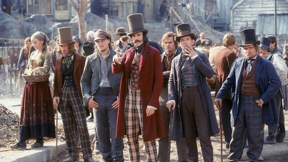 """Bill """"the Butcher"""" Cuttin (Daniel Day-Lewis, Mitte) führt die Gang der """"Natives"""" an, zu der Amsterdam Vallon (Leonardo DiCaprio, Mitte li.) gehört."""
