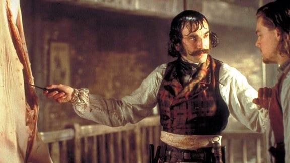 "Bill ""the Butcher"" (Daniel Day-Lewis, li.) nimmt Amsterdam Vallon (Leonardo DiCaprio) in seiner Gang auf."