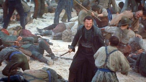 """""""Priest"""" Vallon (Liam Neeson, Mitte) führt die""""""""Dead Rabbits"""" in eine Straßenschlacht."""