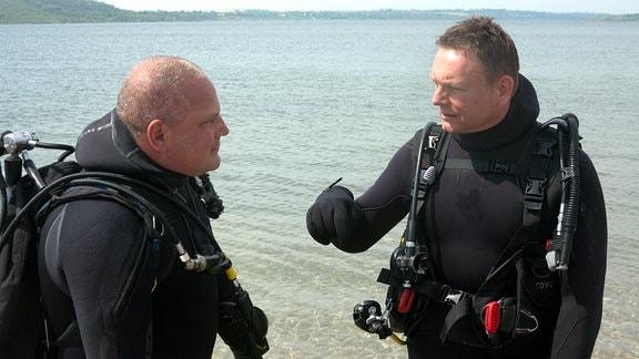 Moderator Axel Bulthaupt mit Tauchleher Mark Debertshäuse am Geiseltalsee.
