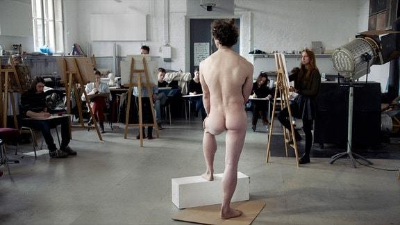 Max steht seit sechs Jahren Model. Sein herkulischer Körper wirkt in jeder Pose wie aus Marmor gehauen.