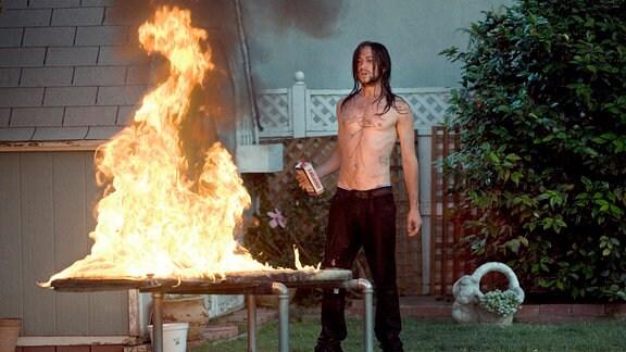 Der rebellische Hesher (Joseph Gordon-Levitt) spielt gerne mit dem Feuer