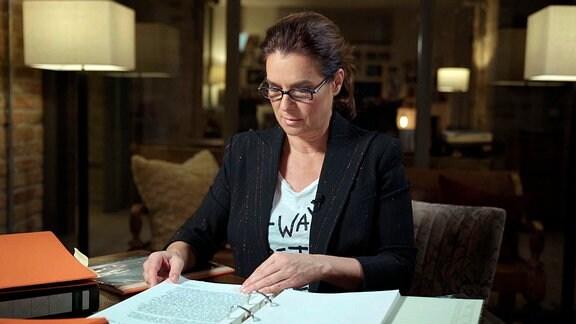 Katarina Witt bei Lektüre der Stasi-Unterlagen