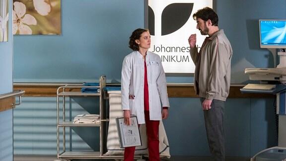 Dr. Krieger (Milena Straube, l.) trifft auf dem Gang auf Kriminalkommissar Emiliano Catalfo (Michele Cuciuffo).