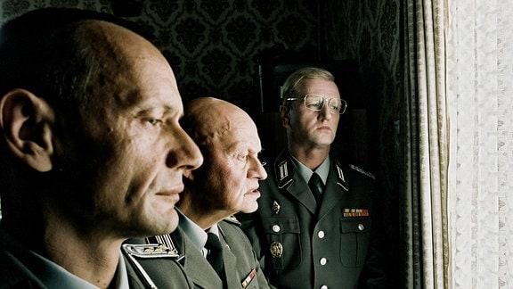 Argwöhnisch beäugen Regimentskommandeur Oberst Kalt (Detlev Buck, r.), Hauptfeldwebel Futterknecht (Ignaz Kirchner, M.) und Hauptmann Stummel (Torsten Michaelis) die Aktivitäten der Wehrdienstleistenden.
