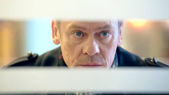 Drexler (Sylvester Groth) beobachtet seinen Verdächtigen.