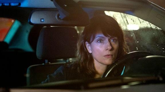 Kommissarin Brasch (Claudia Michelsen) trifft am Tatort ein.