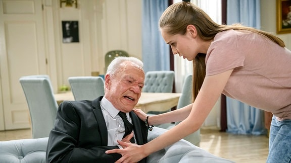 Valentina (Paulina Hobratschk, r.) ist geschockt, als Werner (Dirk Galuba, l.) einen Herzinfarkt erleidet.