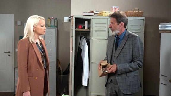 Amelie (Lara-Isabelle Rentinck, l.) triumphiert innerlich, als Gunters (Hermann Toelcke, r.) Vertrauen in David, durch den Bargeld-Fund schwer erschüttert wird.