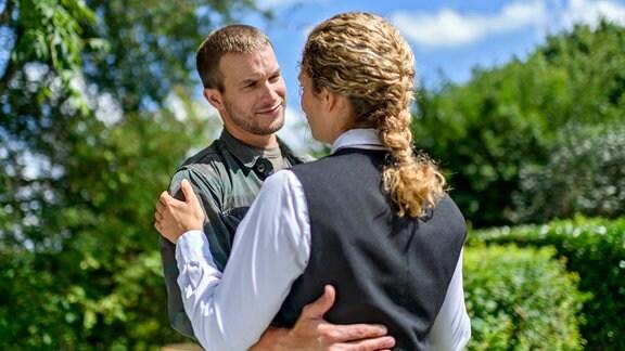 Tim (Florian Frowein, l.) macht Franzi (Léa Wegmann, r.) im Traum ein ergreifendes Liebesgeständnis