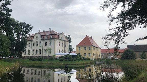 Das renovierte Gutshaus mit Schillercafé steht im Ortskern von Kahnsdorf.