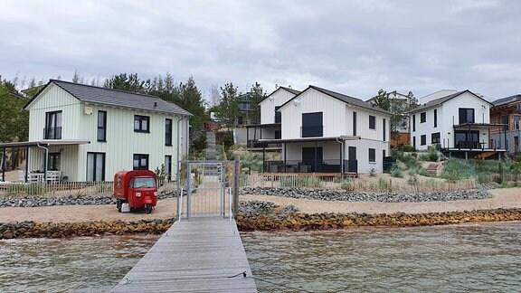 Am Ufer des Hainer Sees sind in den letzten Jahren etliche Ferienhäuser entstanden.