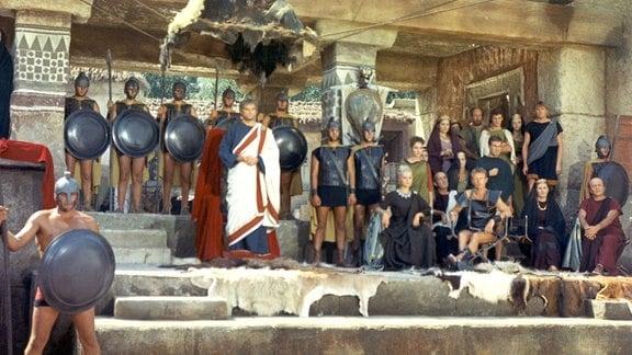 Der tyrannische König Amulius (Franco Volpi, Mitte) regiert seit 20 Jahren unrechtmäßig die Stadt Alba Longa.
