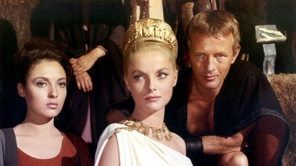 Curtius (Jacques Sernas) hat ein Auge auf Julia (Virna Lisi, Mitte), die Tochter des Sabiner-Königs Tatius geworfen, die von ihrer Dienerin Estias (José Greci) begleitet wird.