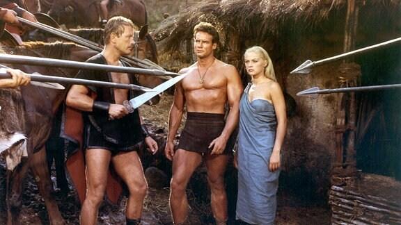 Nachdem Romulus (Steve Reeves, Mitte) Julia (Virna Lisi) entführt hat, stellt ihn Curtius (Jacques Sernas) mit seinen Gefolgsleuten.
