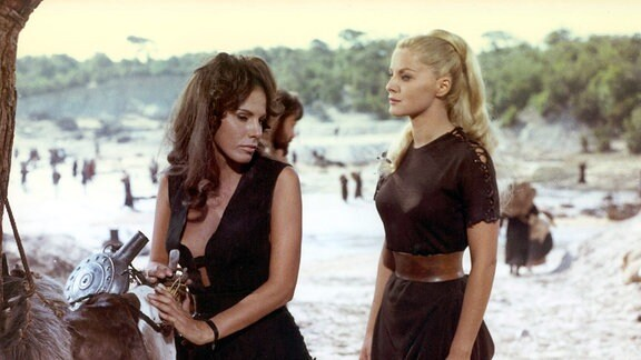 Remus' Freundin Tarpeia (Ornella Vanoni, links) und Romulus' Angebetete Julia (Virna Lisi) folgen den beiden Brüdern auf ihrem Weg, eine neue Stadt zu gründen.