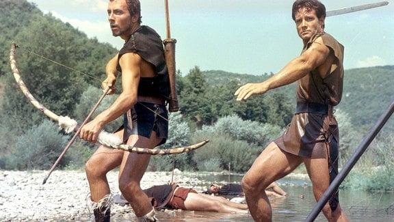 Celere (Gianni Musi, links) und Romulus (Steve Reeves) liefern sich einen Kampf mit den Sabinern.