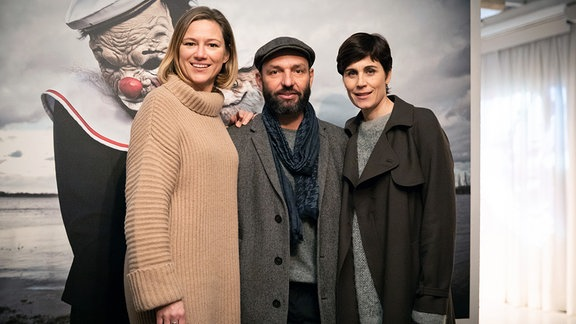 Von links nach rechts: Hilde de Baerdemaeker (Rolle Maggie), Titus Selge (Regie) und Nina Kunzendorf (Rolle Ellen Bouché)