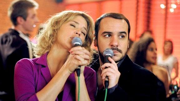 Julien (François-Xavier Demaison) und Joanna (Virginie Efira) beim Karaoke-Singen.
