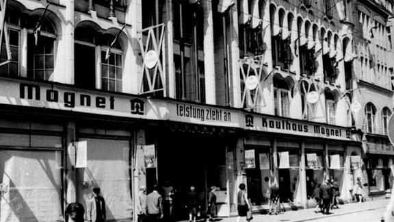 """Das Kaufhaus """"Magnet"""" hatte seinen Sitz in der zur Fußgängerzone umgestalteten Hauptstraße. 1991 wurde es von der Unternehmerfamilie Joh übernommen und umfangreich saniert. Heute steht das Jugendstilgebäude leer."""