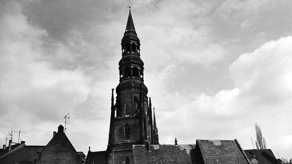 Blick durch die Schulgasse auf den Zwickauer Dom St. Marien. Rechter Hand sind die ehemaligen Priesterhäuser zu sehen, die heute - in saniertem Zustand - das Stadtgeschichtliche Museum beherbergen.