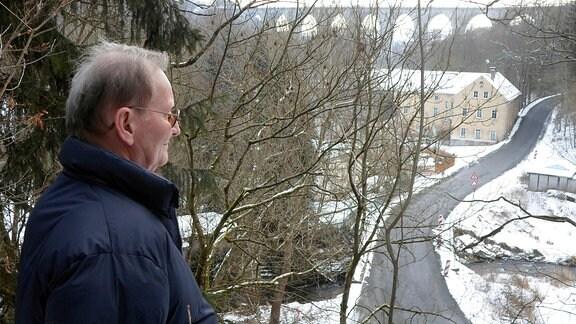 Ortschronist Frieder Strobel an seinem Lieblingsplatz oberhalb seines Hauses (Pirkmühle) schaut er gern auf die Brücke.