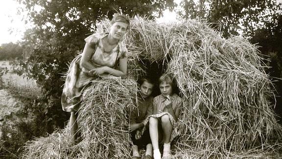 Lars Barthel mit Schwester und Mutter in den Sommerferien, 1962.