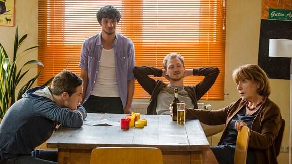 Großmutter Lisbeth (Hannelore Hoger) erzählt Philip (Frederick Lau, li.) und WG-Kumpels Ulli (Tino Mewes, 2.v.r.) und Mehmet (Burak Yigit, Mitte) von ihrer wilden Jugend.