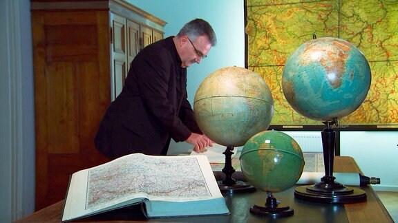 """Dr. Steffen Raßloff, Historiker, im Perthes-Forum Gotha mit einer Thüringen-Karte von 1920. Dr. Raßloff ist der Verfasser der """"Geschichte Thüringens"""" der Reihe """"Beck-Wissen""""."""