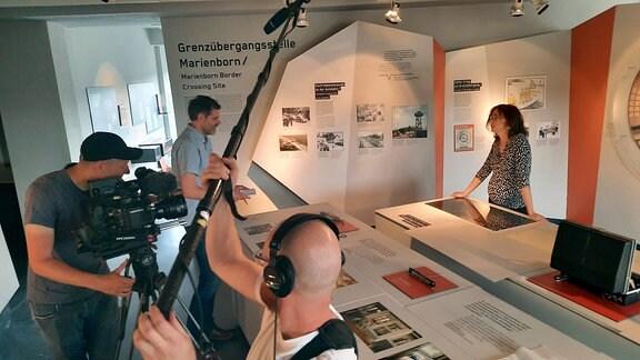 Susan Baumgartl beim Dreh in der Gedenkstätte Deutsche Teilung Marienborn