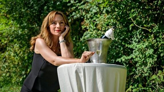 """Ariane (Viola Wedekind) wartet gespannt auf das Ende des """"Fürstenhofs""""."""