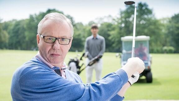 Michael Fischer (Ludger Pistor) entspannt sich gern beim Golfen.