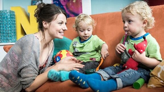 Die alleinerziehende Mutter Anna (Julia Hartmann) mit ihren Zwillingen (Liam und Bela Stein).