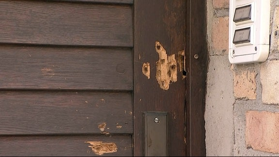 Die zerschossene Tür zur Synagoge im Paulusviertel in Halle