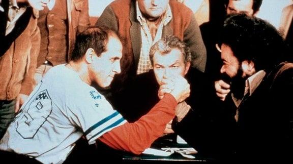 Mit Elia (Adriano Celentano, l.), einem durchtrainierten Mann in den besten Jahren, kann es so schnell keiner aufnehmen.