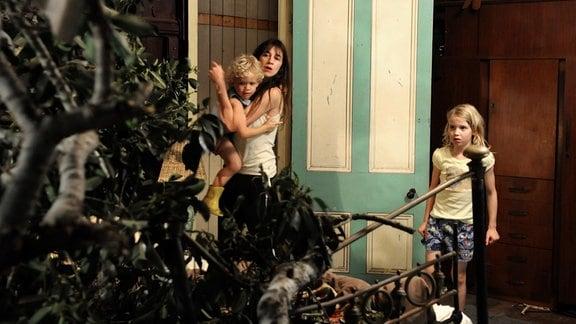 Bedrohlich: Ein Ast ist im Haus gelandet. Dawn (Charlotte Gainsbourg) schützt ihre Kinder Charlie (Gabriel Gotting) und Simone (Morgana Davies, re.).