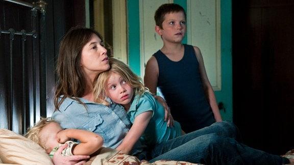 Angst vor dem Sturm: Dawn (Charlotte Gainsbourg) und ihre Kinder Charlie (Gabriel Gotting), Simone (Morgana Davies) und Lou (Tom Russell, re.).